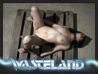 Wasteland คุก เจ้านาย spanks jade ทั่ว knee และ paddles ด้วย wood spoon