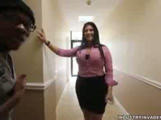 Kim cruz plays mujer vestida hombre desnudo en su oficina