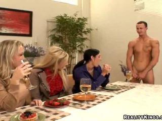 Drei housewives laden gigolo