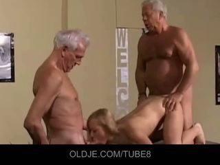 Appetizing หนุ่ม บลอนด์ ใน an เก่า เซ็กส์สามคน