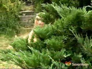 Έφηβος/η μαλακία μέσα ο κήπος