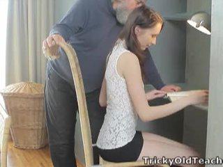 Tricky vechi invatatoare: norocos vechi invatatoare fucks ei dulce pizda greu.