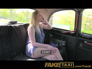 Faketaxi blonde avec grand naturel seins marques extra pognon
