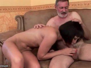 Egzotiškas paauglys dulkinimasis senas vyras