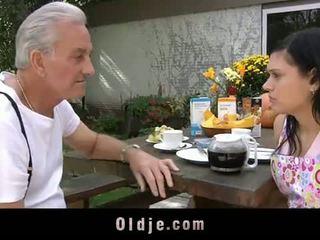 Oldje: bestefar david pounds en hot tenåring i hans yard