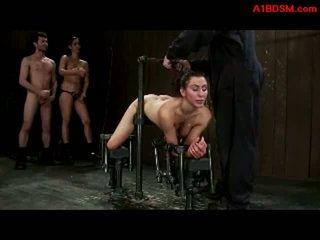 Ragazza tied a metal telaio in doggy getting suo fica e bocca scopata da padrona con strapon e maestro in il prigione sotterranea