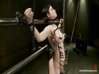 Curvy broad suffers za orgasms potem strung up s lase suspension.