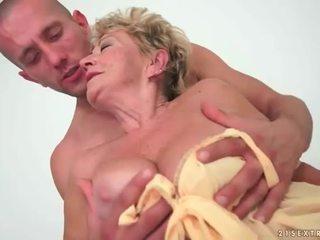 Vieille enjoys chaud sexe avec jeune homme