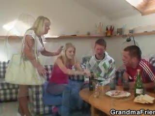 Partying guys pund bestemor fra både ends
