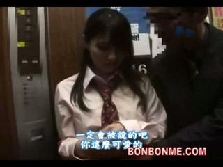 Japońskie uczennica gives szczęśliwy guy a robienie loda w elevator 01