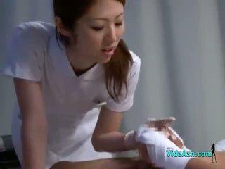 Enfermeira giving punhetas a chupar paciente caralho em o cama em o hospital