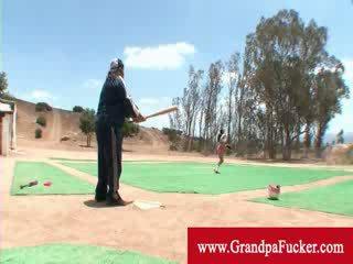 Стар мъж представяне а дама как към люлка