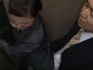 Officelady bajbai și inpulit în elevator