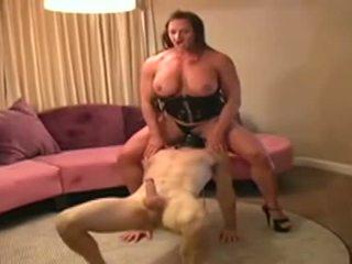 Female bodybuilder dominates आदमी और gives इसे ब्लोजॉब