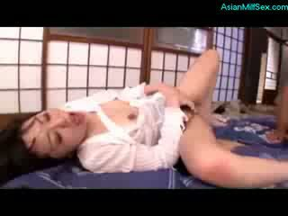 كبير حلمة الثدي جبهة مورو مارس الجنس بواسطة 2 فتاة guys sperms إلى فم في ال أرضية