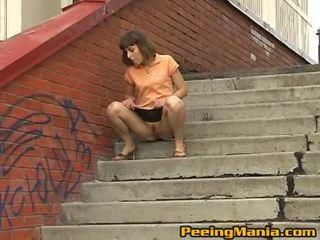 Impressive brunetė paauglys shares jos putė su gatvė