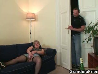 Rallig oma takes two cocks bei einmal