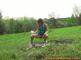 מלוכלך female pees בפנים the פתוח שדה