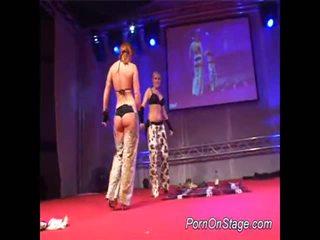 2 holky vnútri lesbie showcase s verejnosť