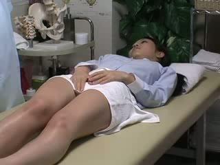 Spycam reluctant σύζυγος seduced με masseur