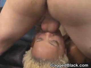 Dyed haired noir dirt salope getting visage baisée par blanc guy