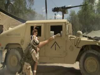 Seksikas hotty jadra holly receives tema tussu fingered ja banged poolt a soldier