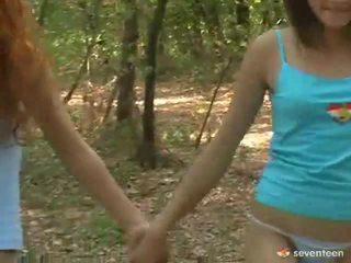 명랑한 여자들 청소년 내부 그만큼 숲