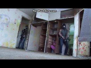 Жена заловени и прецака в an abandoned къща
