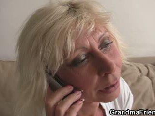 Trekant fest med blond eldre widow