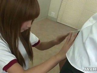 Azjatyckie nastolatka does na ręcznym n robienie loda