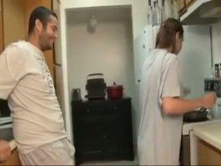 Brolis ir sister čiulpimas į the virtuvė