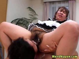 Ázsiai nagyi gets neki szőrös punci licked