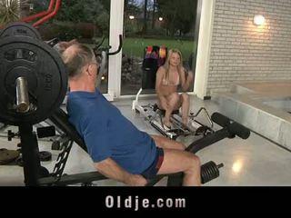 Oldje: xưa dude gets may mắn với một sexy cô gái tóc vàng bé.