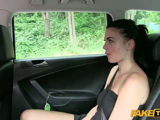 Vakker hot babe knullet inside en taxi