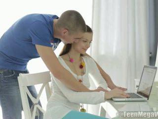 Nastolatka mega świat: ładne nastolatka cipka nailed przez two guys