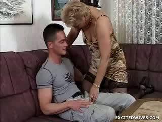 A mazulīte guy finds pats uz the laimīgs amats getting offered a apaļš no vecie cunt uz the middle no the diena. kamēr ge