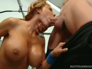 Nikki sexxx wraps lips ümber paks riist getting throat perses sügav
