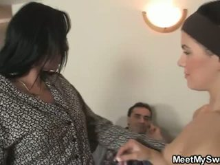 Incontrare il mio dolce: arrapato bruna giovanissima sucks daddys old cock and moms poppe