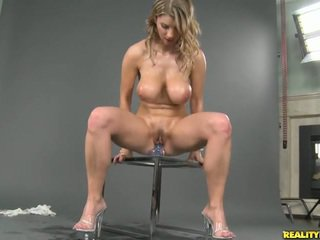 Pechugona natural titted katerina masturbándose