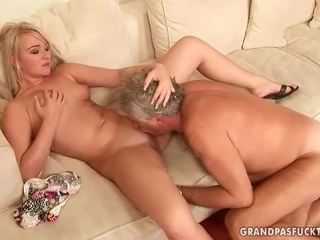 Gammal guy fucks het ung blondin