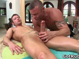 Super sexy guy gets sexy lichaam massages