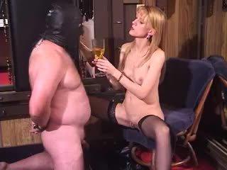 Traviesa rubia mqmf dominatriz bizarro dominación femenina piss bebiendo