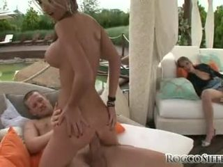 Anally abased nessa devil є stuffed з a throbbing schlong в її туга дупа