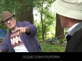 Oud farts pleasing geil chick in de woods