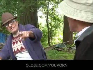 पुराना farts pleasing हॉर्नी चिक में the woods