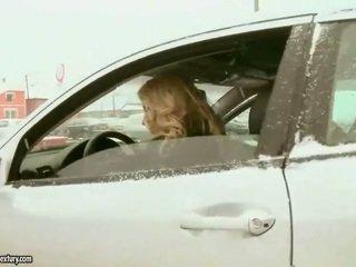 Draguta adolescenta blonda fucks vechi policeman