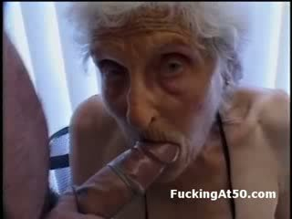 Senile wrinkled รุ่นยาย gives ใช้ปากกับอวัยวะเพศ และ เป็น ระยำ โดย deviant สติแตก