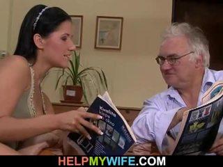 Стар съпруг watches негов съпруга getting banged