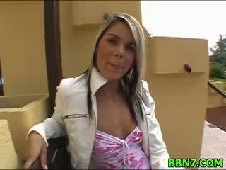Neat หญิง spreads ขา ไปยัง ได้รับ สำส่อน ระยำ