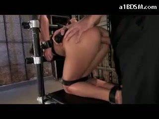Дівчина tied для стілець в doggy mouthgag getting її рот трахкав whipped манда трахкав в the підвал